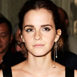 c532d31da03af6 Emma Watson rocking the asymmetrical earring look on the red carpet.