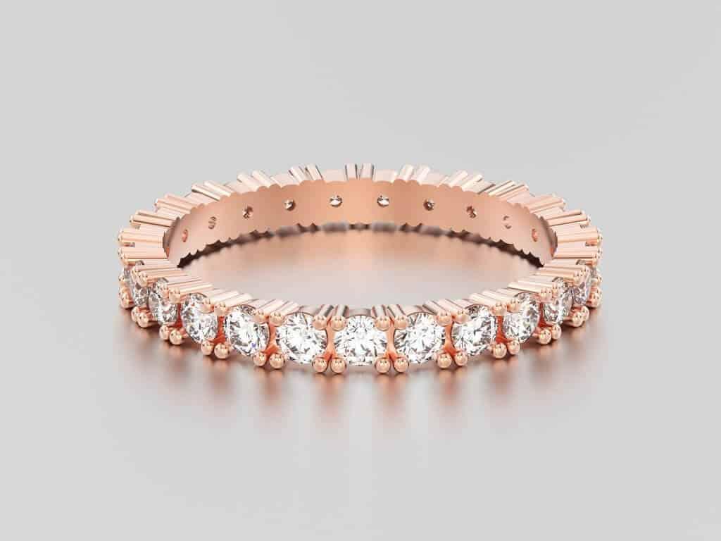ose gold кольцо вечности с бриллиантом с отражением и тенью на сером фоне